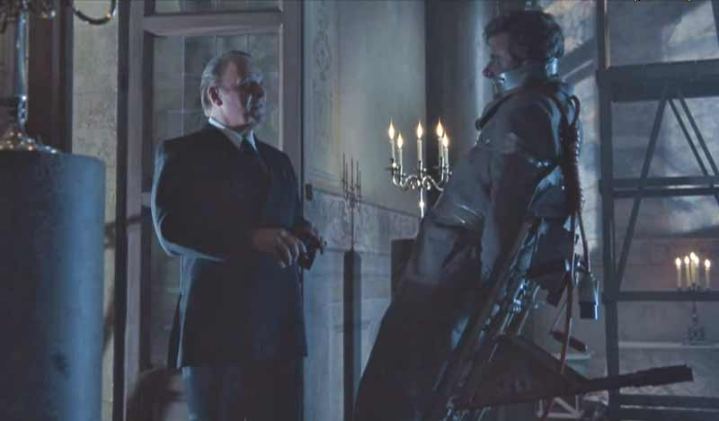 Lecter (Anthony Hopkins) questions Inspector Pazzi (Giancarlo Giannini) before slicing him open and throwing him out of a window, hanging him at the same time as spilling his entrails below, as a duplication of a murder committed centuries earlier, with a Pazzi ancestor as victim.